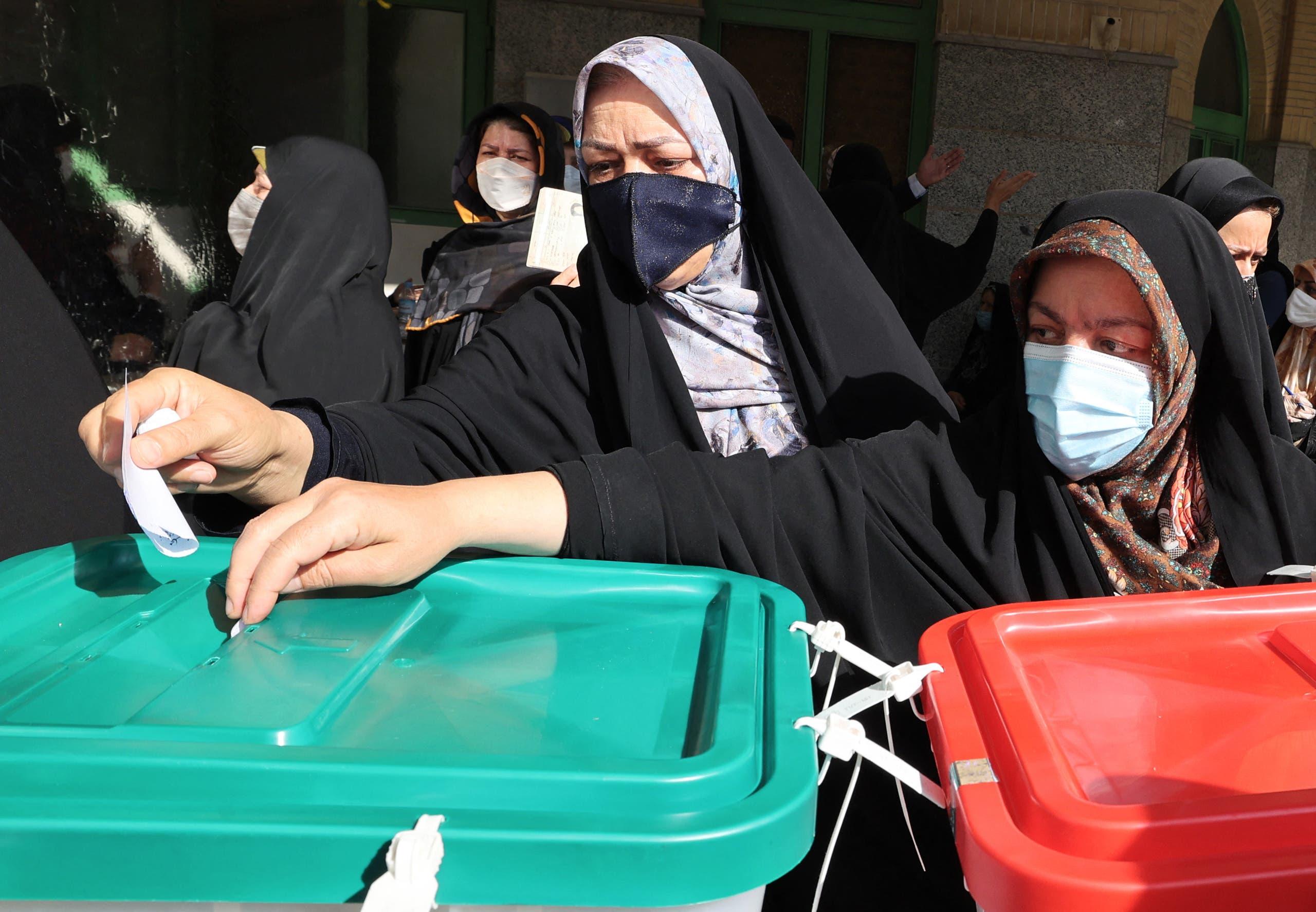 ناخبات يدلين بأصواتهن في طهران