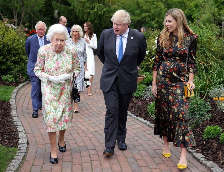 الملكة إليزابيت برفقة رئيس الوزراء البريطاني وزوجته، كما يبدو في الخلف الأمير تشارلز وزوجته كاميلا والأمير ويليام وزوجته كايت