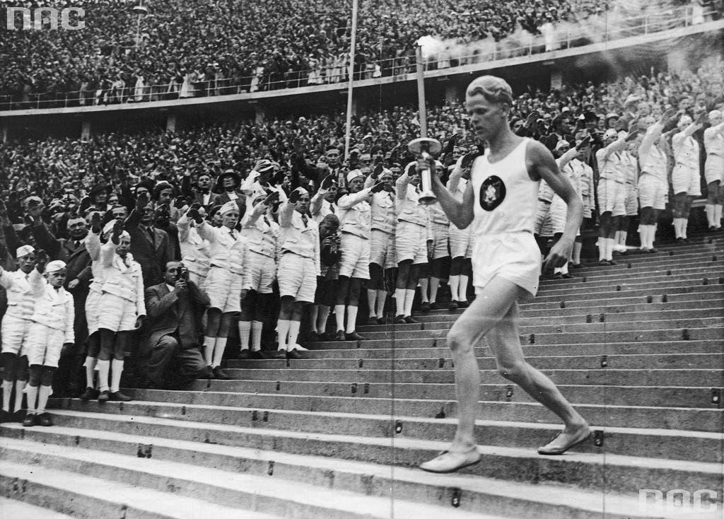 فريتز شيلجن أثناء عملية نقل الشعلة الأولمبية للملعب الأولمبي ببرلين
